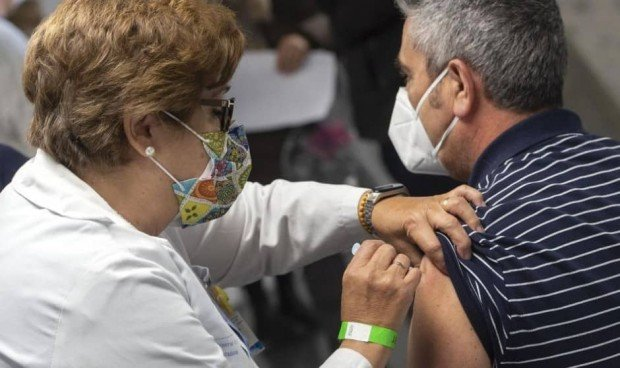 La mitad de los españoles ha recibido al menos una dosis de la vacuna Covid