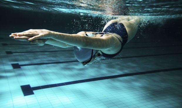 La natación ni previene ni cura la escoliosis, según los expertos