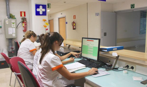 La nómina de un sanitario sale 42 euros al mes más barata que hace un año