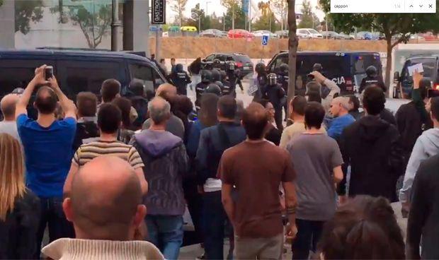 La policía desaloja un centro de salud 'electoral' con disparos al aire