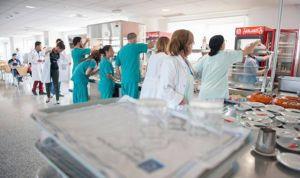 ¿Puede el médico salir con su bata fuera del recinto del hospital?