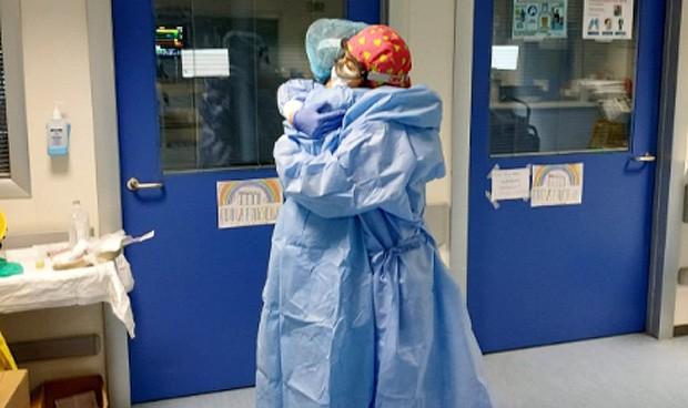 "Coronavirus  ""Los pacientes nos aprietan la mano como si fuéramos familia"""