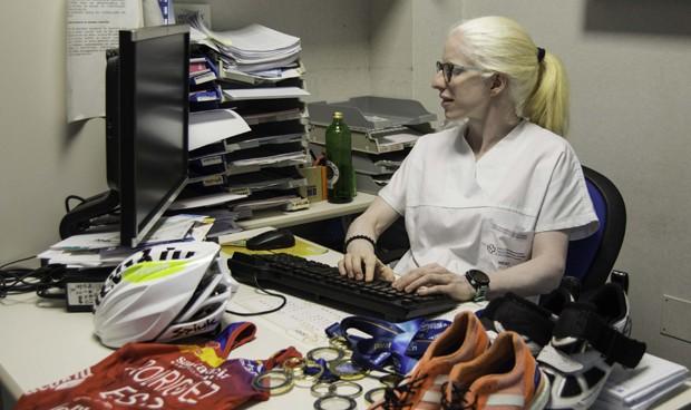Entre la consulta y el triatlón, así es la lucha de una MIR albina y ciega