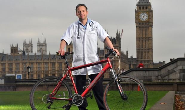 La vuelta al mundo del médico que combina bata y bicicleta