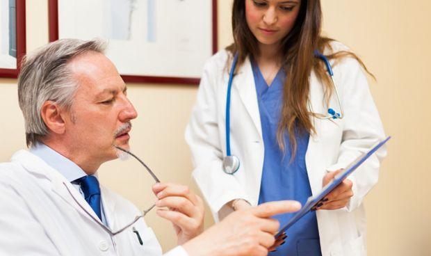 Las horas extra en Enfermería perjudican su colaboración con los médicos