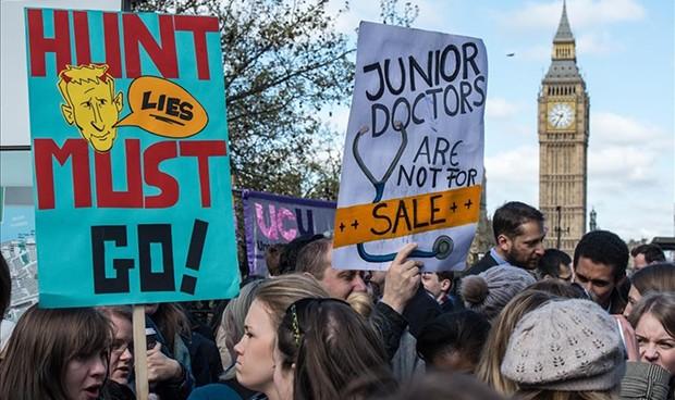 Las mareas blancas toman Londres por la crisis de la sanidad británica