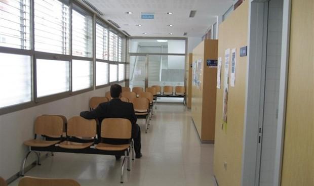 Las médicas pasan consulta menos horas pero dan más tiempo a cada paciente