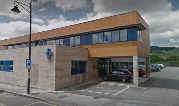 Hombre lleva cenizas de su esposa a doctor que se negó a atenderla y murió tres horas después
