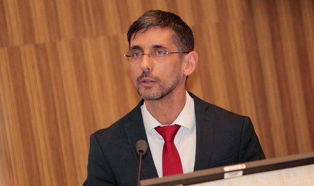 López-Collazo resuelve a la sociedad sus dudas sobre el VIH en un libro