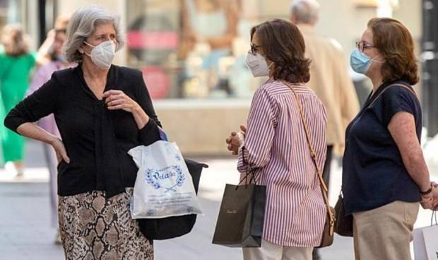 Los españoles, partidarios de mantener las restricciones a vacunados Covid