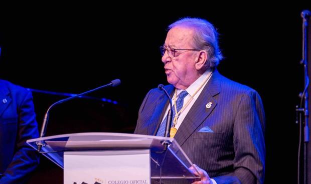 Los médicos de La Rioja condecoran a Diego Murillo con la Insignia de Oro