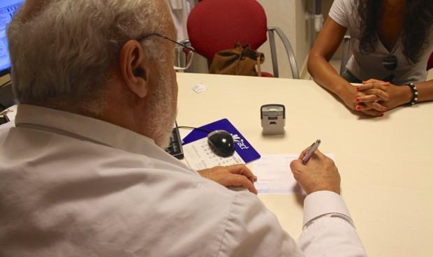 Los médicos de Primaria reciben por sorpresa 5.000 euros más en su nómina