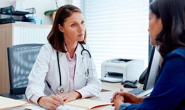 Los médicos dedican dos horas menos a la semana a los pacientes que ellas