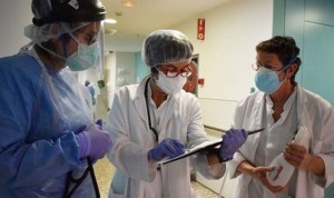 Los médicos españoles ganan 14.000 euros más al año que sus compañeras