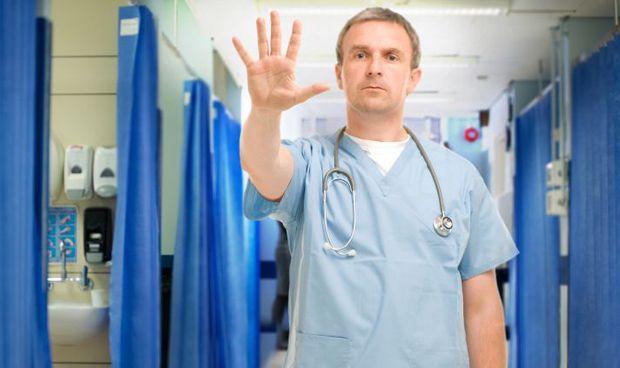 Los médicos exigen retirar la cobertura sanitaria a los pacientes violentos