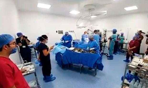 Los médicos leen una increíble carta a un niño antes de extraer sus órganos