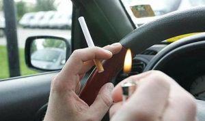Los médicos piden prohibir fumar en el coche, aunque el conductor vaya solo