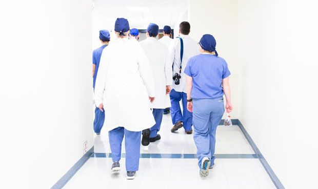 Los médicos sin plaza fija firman cuatro contratos al año