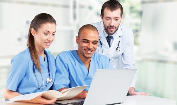 Los MIR pasan cinco horas frente al ordenador por cada dos con pacientes