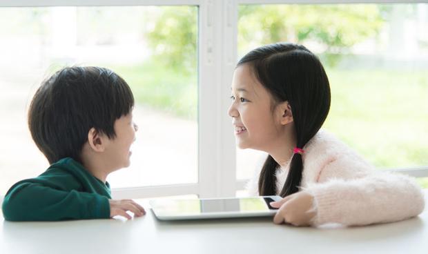Los niños 'pegados' a las pantallas adoptan comportamientos de obesos