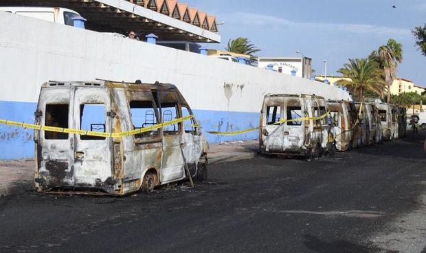"""Los sindicatos tachan de """"locura"""" la quema de ocho ambulancias en Canarias"""