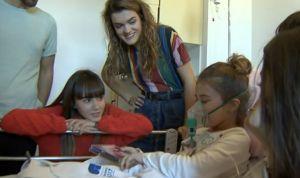 Los 'triunfitos', 'Amaia de España' incluida, visitan a niños ingresados