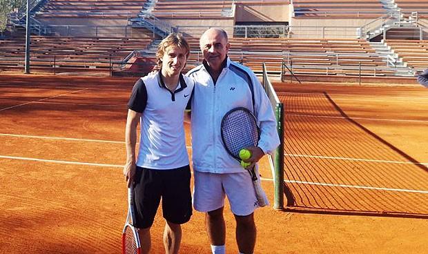 Luka Modric prueba el 'drive' de Zapatero en la cancha