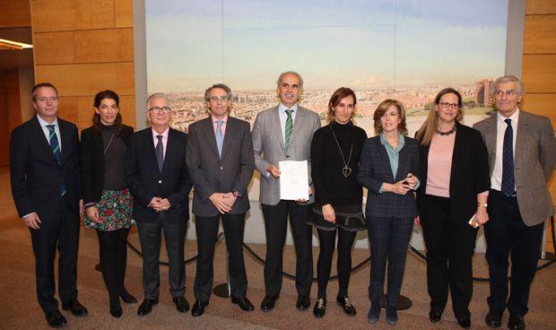 Madrid aprueba la Ley que prohíbe designar gerentes de hospital 'a dedo'