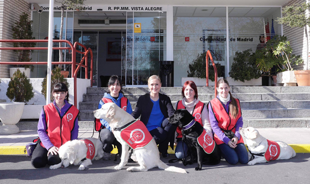 Madrid apuesta por la terapia con perros para personas mayores o con TDAH