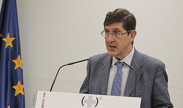 Renuncia a su cargo como consejero de Salud en Murcia tras vacunarse del Covid