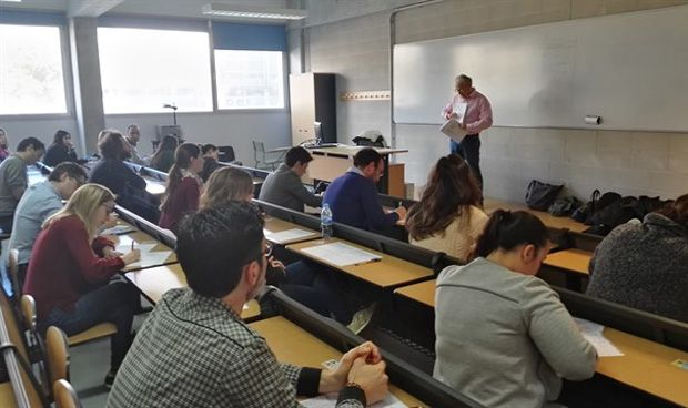 Más de 840 médicos se disputan una de las 392 plazas de la OPE asturiana