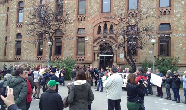 Más de cien personas se manifiestan ante la Consejería de Salud