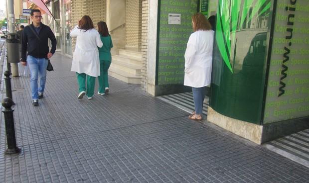 Médicos y enfermeros, a Fiscalía por salir del hospital con bata o pijama
