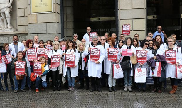 Metges entrega 4.200 firmas al ICS para resolver la situación de Primaria