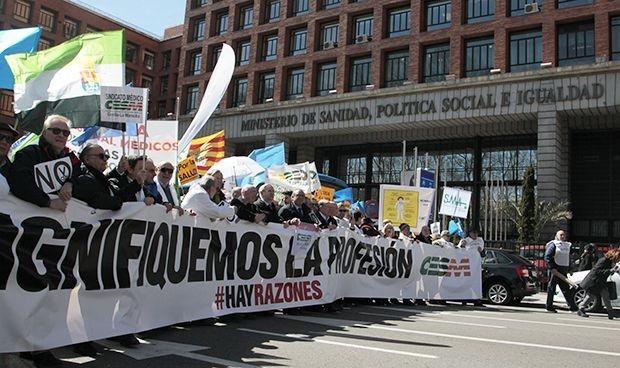 MIR 2020: protesta de los médicos frente a Sanidad por la elección online