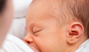 Mirar el móvil a la vez que se da el pecho perjudica el desarrollo del bebé