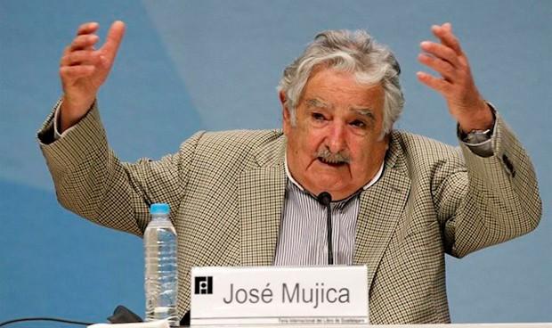 """Mujica: """"Necesitamos médicos que no se dediquen solo a juntar dinero"""""""
