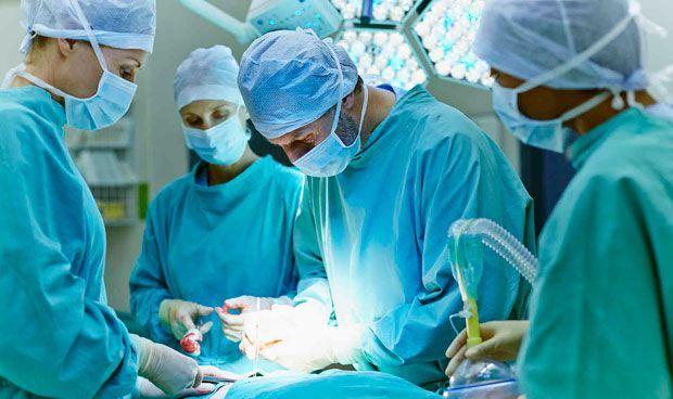 Primera cirugía de cerebro con robot en España a una paciente con párkinson