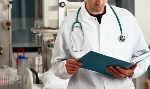 Ni pijamas ni vaqueros: los pacientes prefieren médicos en bata blanca