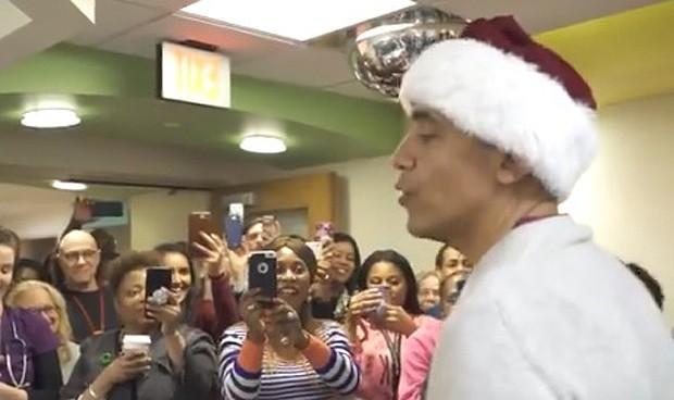Obama ejerce de Papá Noel para los niños ingresados en un hospital infantil