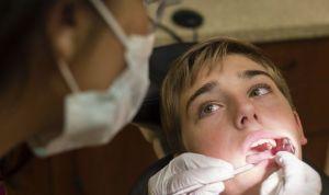 Ordenan el cese de un laboratorio de prótesis dental por atender pacientes