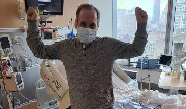 Un paciente de Covid encuentra a los 116 sanitarios que le salvaron la vida