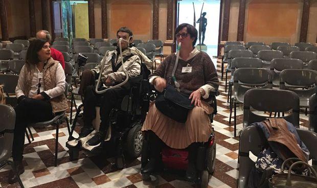 Pacientes de oxigenoterapia se plantan ante Villegas en la Asamblea