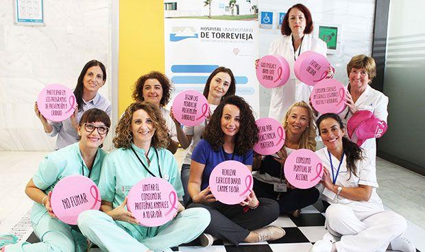Pacientes y sanitarios de Torrevieja 'luchan' contra el cáncer de mama