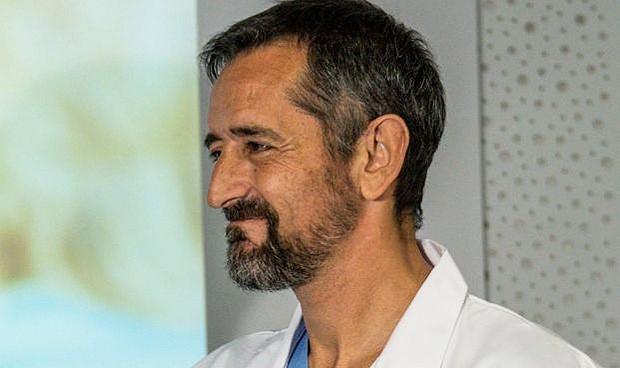 Pedro Cavadas logra que una joven con hidrocefalia pueda volver a caminar