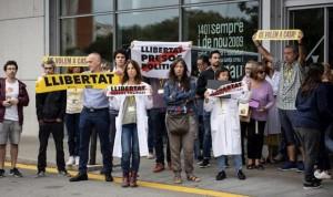 Pedro Sánchez, despedido del hospital entre soflamas independentistas