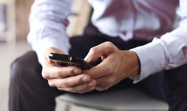 Pelea entre autoridades sanitarias sobre los móviles y el riesgo de cáncer