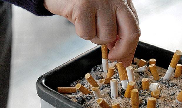 Pierde la custodia de sus hijos por fumar constantemente delante de ellos