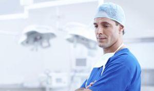 Por qué un médico de la pública necesita un seguro privado de RC
