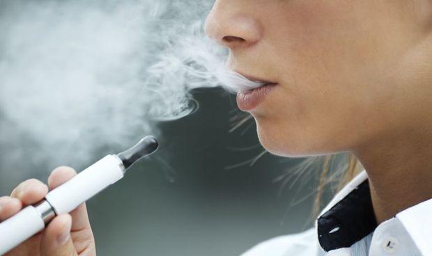 Primera evidencia de que los e-cigarrillos son tan malos como los normales